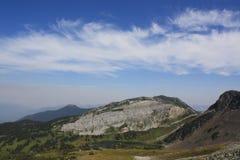 Lado da montanha com lago pequeno Fotografia de Stock Royalty Free