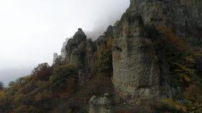 Lado da montanha tiro Ideia superior da inclinação da rocha com as árvores coloridas no outono Ideia fascinante da inclinação na  filme
