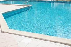 Lado da piscina do verão com água azul imagem de stock royalty free