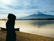 Lado da silhueta do viajante 30s da menina de Ásia ao suporte 40s e à tampa Fotografia de Stock Royalty Free
