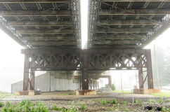 Lado de baixo da ponte na névoa Imagens de Stock Royalty Free