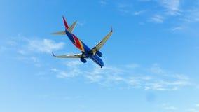 Lado de baixo do jato de Southwest Airlines no ar Fotos de Stock Royalty Free