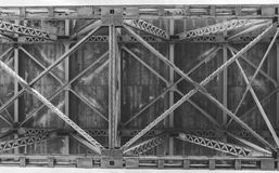 Lado de baixo de feixes de apoio da ponte imagens de stock royalty free