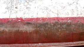 Lado de la nave después de limpiar con la muela abrasiva en el astillero en el puerto de Moscú almacen de metraje de vídeo