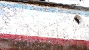 Lado de la nave después de limpiar con la muela abrasiva en el astillero en el puerto de Moscú almacen de video
