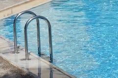 lado de la piscina con agua azul fotografía de archivo