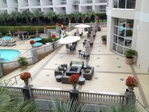 Lado de la piscina de un hotel fotos de archivo