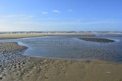 Lado de mar com lago e o céu azul Imagem de Stock