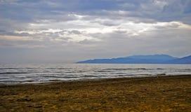 Lado de mar con las montañas en el mar Mediterráneo Imagen de archivo libre de regalías