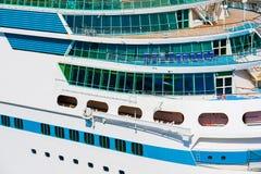 Lado de um navio de cruzeiros imagem de stock