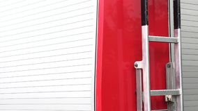 Lado de un coche de bomberos rojo almacen de video