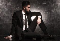 Lado de un hombre de negocios elegante en traje negro Fotos de archivo