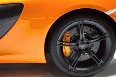 Lado del coche deportivo amarillo Imagenes de archivo