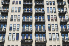 Lado del edificio con las ventanas Fotos de archivo libres de regalías