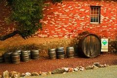 Lado del edificio de ladrillo con los barriles de vino Imagen de archivo libre de regalías