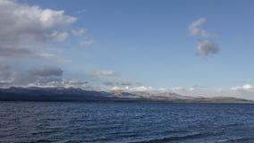 Lado del lago Caminar aventura en el cierre t de San Carlos de Barilochein Imagenes de archivo