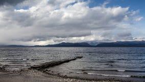 Lado del lago Caminar aventura en el cierre t de San Carlos de Barilochein Foto de archivo