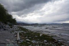 Lado del lago Caminar aventura en el cierre t de San Carlos de Barilochein Imágenes de archivo libres de regalías