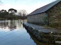 Lado del varadero de piedra viejo por el lago Foto de archivo