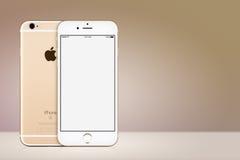 Lado delantero y trasero de la maqueta del iPhone 7 de Apple del oro en fondo del oro con el espacio de la copia Imagen de archivo libre de regalías