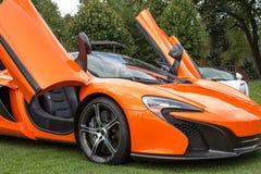 Lado derecho anaranjado del coche de deportes Fotografía de archivo