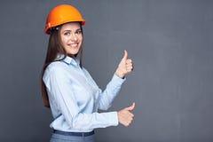 Lado derecho del casco de seguridad del constructor de la mujer que lleva Fotos de archivo