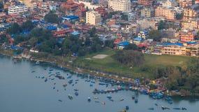 Lado do lago de Pokhara foto de stock royalty free