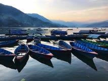 Lado do lago no pokhara imagens de stock