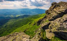 Lado do monte com os pedregulhos em montanhas Carpathian Imagens de Stock