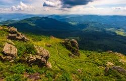 Lado do monte com os pedregulhos em montanhas Carpathian Foto de Stock