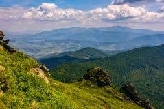 Lado do monte com os pedregulhos em montanhas Carpathian Imagem de Stock