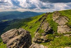 Lado do monte com os pedregulhos em montanhas Carpathian Fotografia de Stock