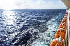 Lado do navio de cruzeiros com barcos salva-vidas e balcão foto de stock