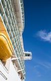 Lado do navio de cruzeiros e da ponte contra o céu Foto de Stock Royalty Free