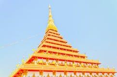 Lado do pagode dourado no templo tailandês, Khonkaen Tailândia Fotos de Stock Royalty Free
