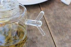 Lado do potenciômetro do chá na tabela de madeira Imagem de Stock