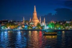 Lado do rio do pagode em Banguecoque, Tailândia Fotos de Stock