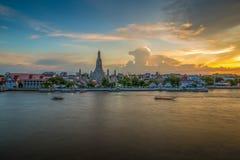 Lado do rio do pagode em Banguecoque, Tailândia Imagens de Stock Royalty Free