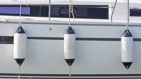 Lado do veleiro com pára-choques foto de stock