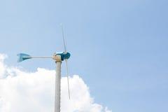Lado dos moinhos de vento para o gerador bonde com céu azul e branco Imagem de Stock