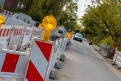 Lado em uma maneira pedestre, barricadas iluminadas AR da construção imagem de stock royalty free