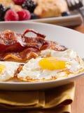Lado ensolarado acima dos ovos com bacon fritado. imagens de stock royalty free