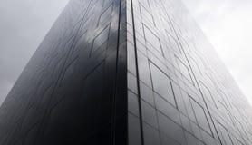 Lado escuro do arranha-céus imagem de stock
