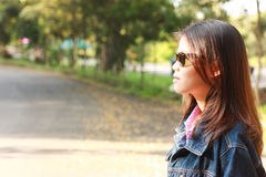 Lado exterior da estrada das mulheres do retrato Imagem de Stock