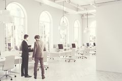 Lado interior do escritório do espaço aberto do branco tonificado Fotografia de Stock Royalty Free