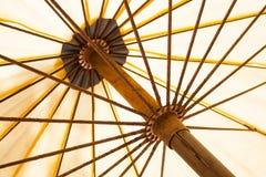 Lado interno del paraguas en la playa Foco selectivo Concepto de vacaciones de verano y de vacaciones fotos de archivo libres de regalías