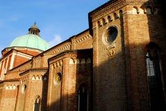 Lado izquierdo de la catedral de Vicenza en Véneto (Italia) tomado del lado izquierdo imágenes de archivo libres de regalías