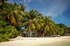 Lado maldivo tropical da praia do recurso Imagens de Stock Royalty Free