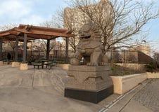 Lado norte da escultura masculina de Foo Dog da 10o plaza da rua, Philadelphfia, Pensilvânia fotografia de stock