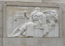 lado oeste da escultura do Bas-relevo da entrada da rua do mercado ao Robert N C Nix, Sênior Construção federal fotografia de stock royalty free